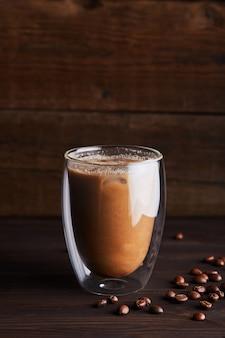 二重壁のガラスのアイスコーヒー