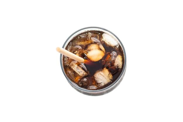 Ледяной кофе в стеклянной стеклянной чашке трубка на белом фоне