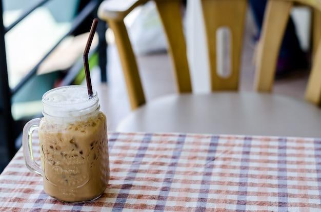 テーブルクロスにアイスコーヒー