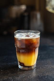 테이블 식사 복사 공간 음식 배경에 아이스 커피 오렌지 주스 음료 범블 비 칵테일