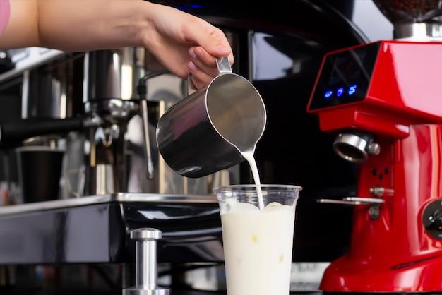 アイスコーヒーの準備の概念