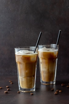 Ледяной кофе со сливками. холодные напитки. вегетарианская пища. здоровое питание.