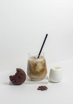 クリームとアイスコーヒー。冷たい飲み物。ベジタリアンフード。健康的な食事。