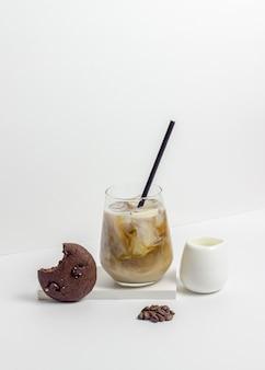 クリームとアイスコーヒー。健康的な食事。ベジタリアンフード。