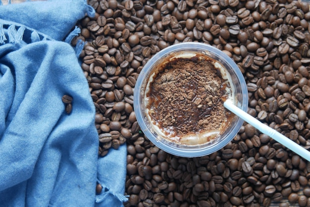 검은 배경에 높은 유리에 얼음 차가운 커피