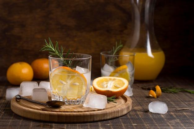 テーブルの上のローズマリーと氷の冷たい飲み物