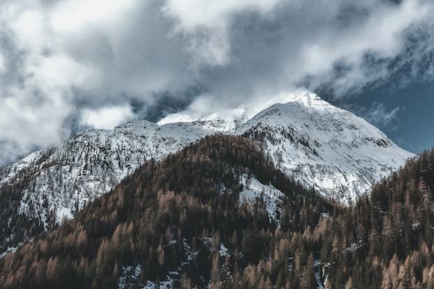 Vertice di montagna coperto di ghiaccio