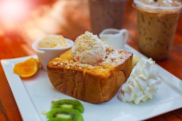 新しい木製のテーブルにアイスクリームとコーヒーアイスティーフルーツ