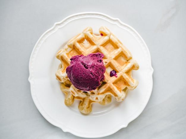 アイスクリームと香りのよいワッフル。閉じる