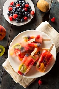 Мороженое и фрукты на тарелке