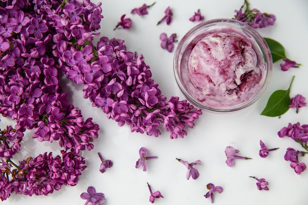 春のアイスクリームとライラックの花