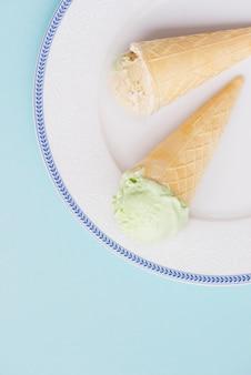 プレート上に錐体を持つアイスクリームの背景