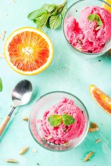 アイスクリーム、ブラッドオレンジ、カルダモンシャーベット、新鮮なオレンジとミント、ライトブルー、copyspaceトップビュー