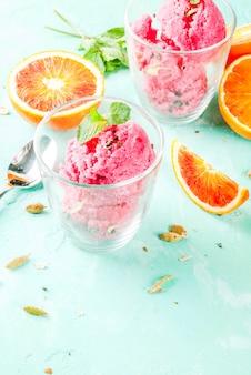 アイスクリーム、ブラッドオレンジ、カルダモンシャーベット、フレッシュオレンジとミント、ライトブルー、copyspace