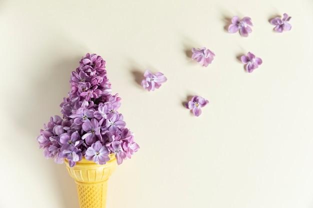 Конус мороженого с весенними цветами