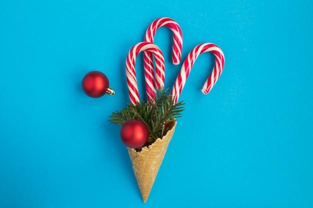 キャラメルの杖、赤いボールとトウヒの枝とアイスクリームコーン