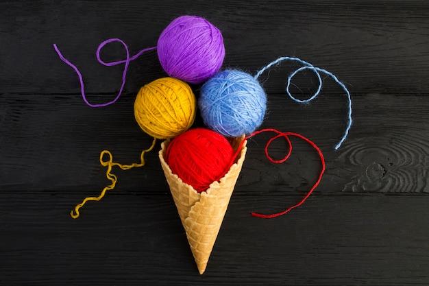 編み物用のカラフルな糸でアイスクリームコーン