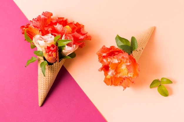 テーブルの上の花とアイスクリームコーン