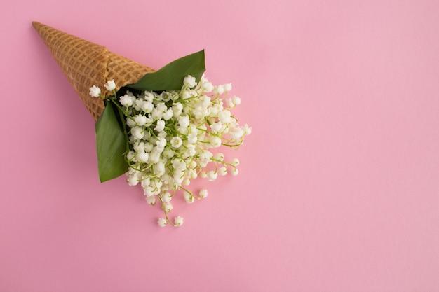 ピンクの谷のユリとアイスクリームコーン