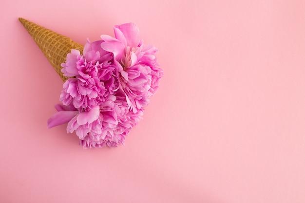 ピンクにピンクの牡丹とアイスクリームコーン