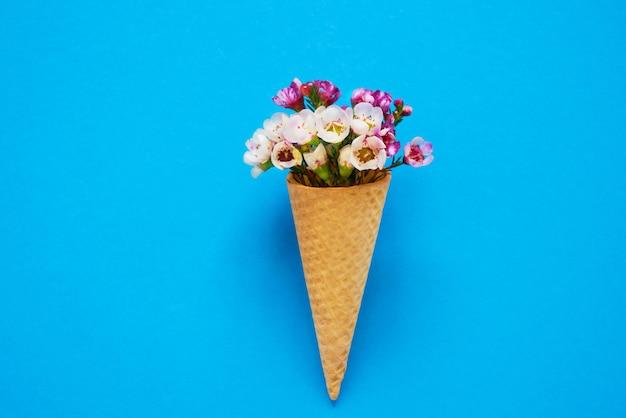 Рожок мороженого с маленькими цветами