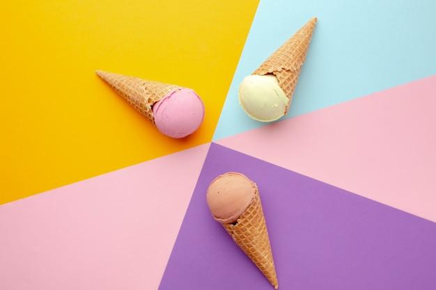テーブルの上のアイスクリームコーン