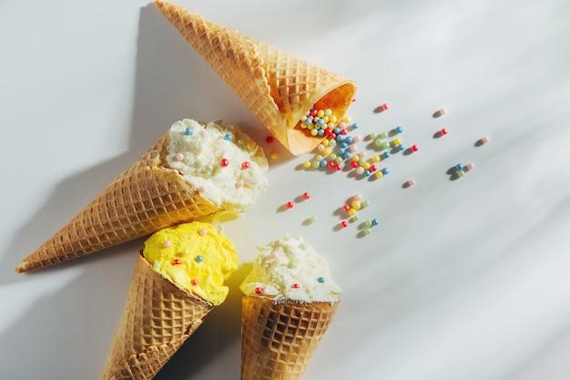 白い背景の上のアイスクリームコーン。夏のコンセプト。