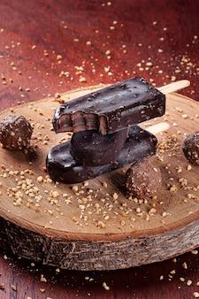 チョコレートと栗で覆われたアイスクリーム。チョコレートとアイスキャンディーの詰め物。コピースペース