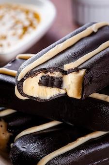 チョコレートで覆われたアイスクリーム。チョコレートとアイスキャンディーの詰め物。パッションフルーツ味。