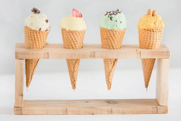 Здоровое мороженое с фруктами и орехами.