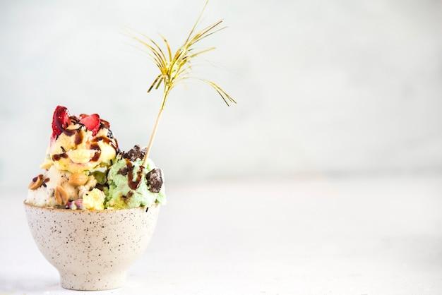 Здоровое мороженое с фруктами и орехами
