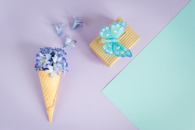 Рожок или конус мороженого с фиолетовым гиацинтом на фиолетовом