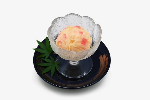Мороженое в стеклянной чашке японский стиль на белом фоне