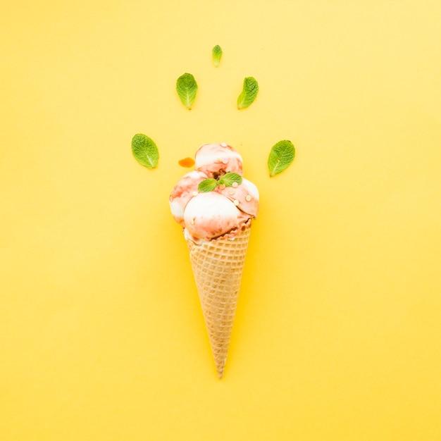 Мороженое в вафельном рожке с сиропом и мятой