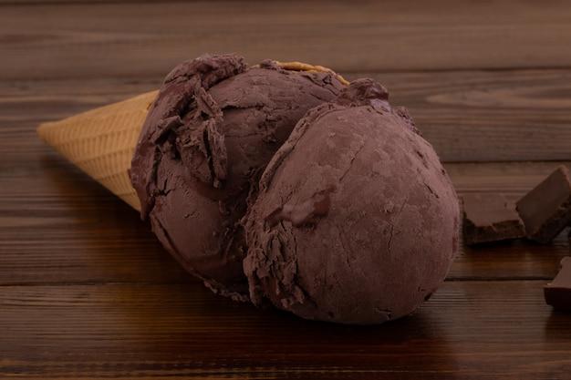 木製の背景にアイスクリーム