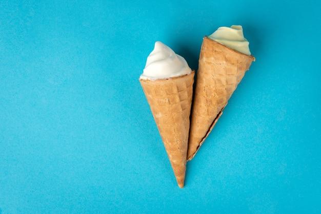 青い背景の上のアイスクリーム。