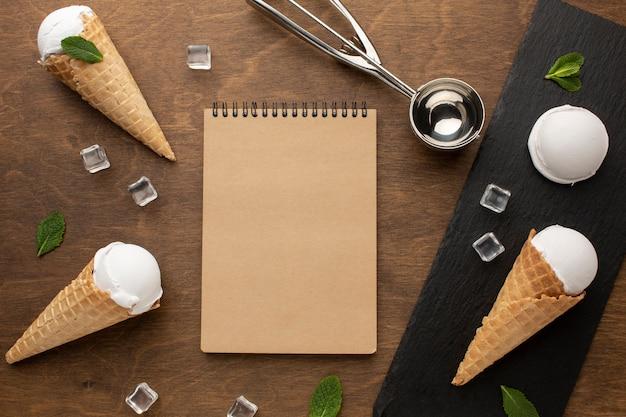 ノートブックとコーンのアイスクリーム