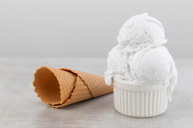 Мороженое на сером фоне