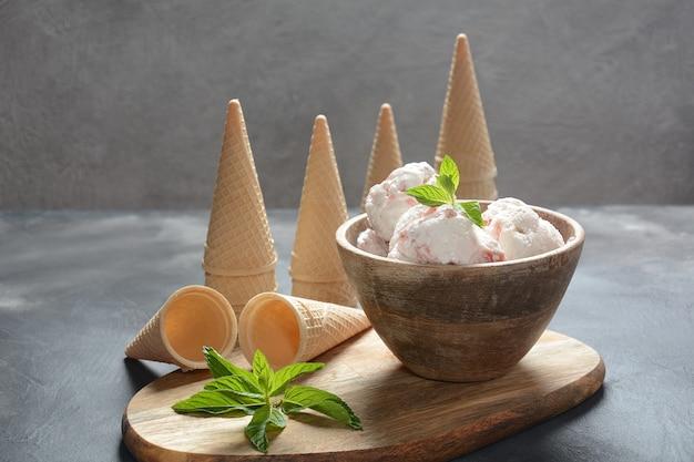 アイスクリームスクープとワッフルコーン