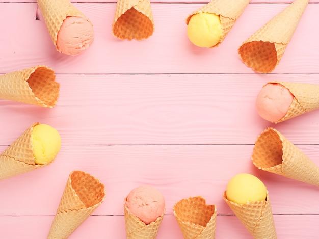 분홍색 배경에 아이스크림 와플 콘 평면도 복사 공간 여름 휴가 개념