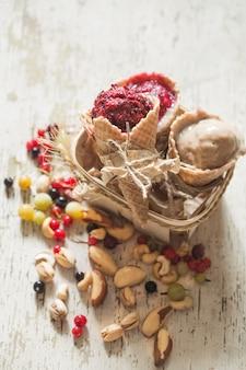 木製のテーブルの果実とアイスクリームワッフルコーン