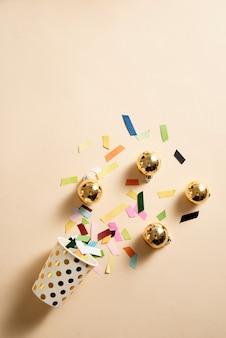 여러 가지 빛깔의 종이와 공 장식 토핑의 산란과 아이스크림 와플 콘