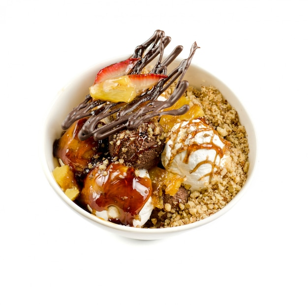 チョコレート、ナッツ、キャラメルのアイスクリームを白のクローズアップ