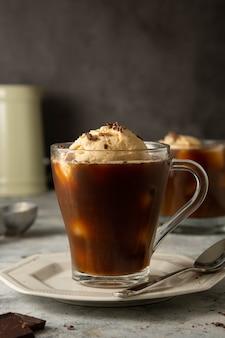 ガラスのカップにコーヒーとアイスクリーム。コーヒーアフォガートドリンク。