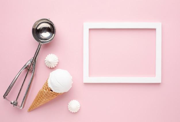 Мороженое с рамкой рядом