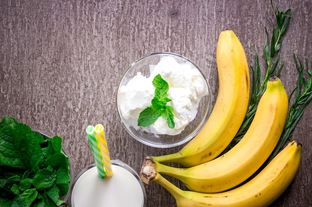 Мороженое со свежим бананом и мятой на деревянном столе
