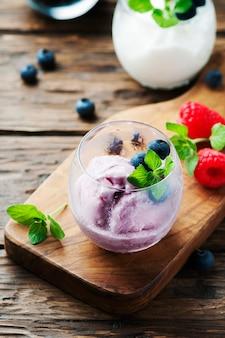 Мороженое со свежими ягодами и мятой