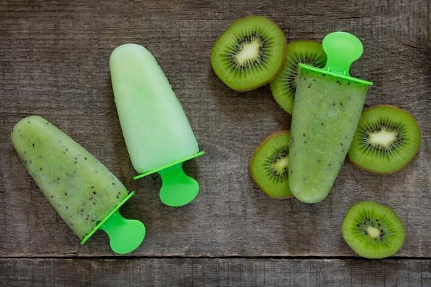 빈티지 나무 배경, 복사 공간에 대해 키 위와 과일 얼음 아이스크림.
