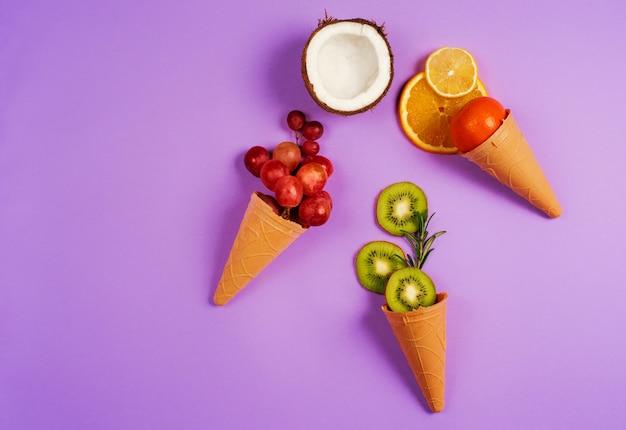 自然の果物とアイスクリーム。本物の生物学的果実の概念。紫色の背景