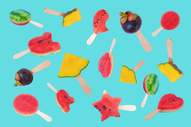 파스텔 블루 배경에 다양한 과일이 떠 있는 아이스크림